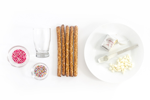 DIY 10-Minute No-Bake White Chocolate Dipped Pretzels | Dream Green DIY