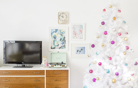 How To Style A Retro Mid-Century White Christmas Tree | Dream Green DIY + @treetopia
