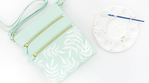 DIY Painted Palm Frond Print Crossbody Bag | dreamgreendiy.com