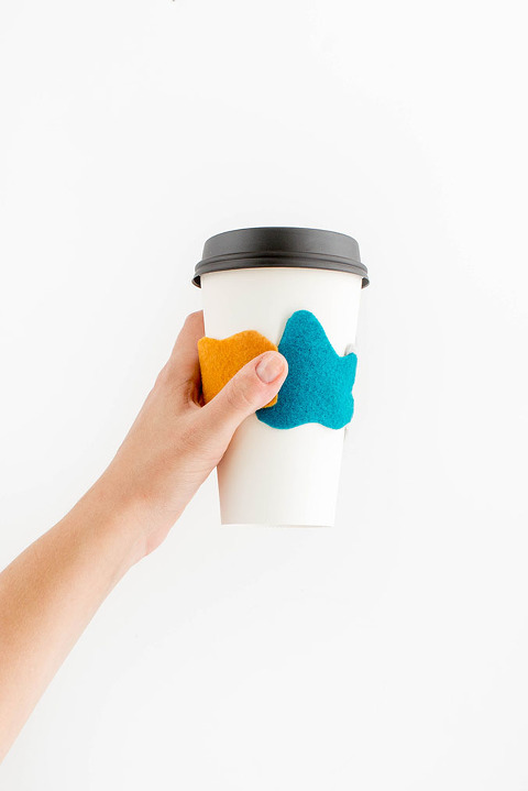 DIY Felt Leaves Coffee Sleeve | dreamgreendiy.com