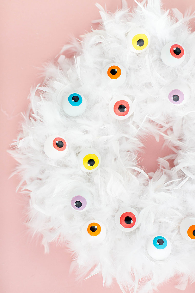 DIY Cartoon Eyeball Halloween Wreath | dreamgreendiy.com + @orientaltrading