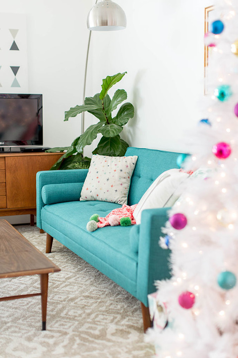 How To Decorate Your Living Room For Christmas | dreamgreendiy.com + @dhpfurniture