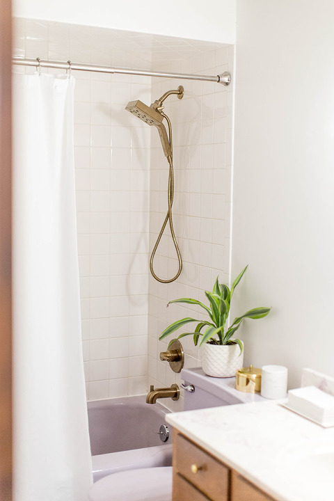 Modernizing Our Mid-Century Bath With Brass Fixtures | dreamgreendiy.com + @deltafaucet