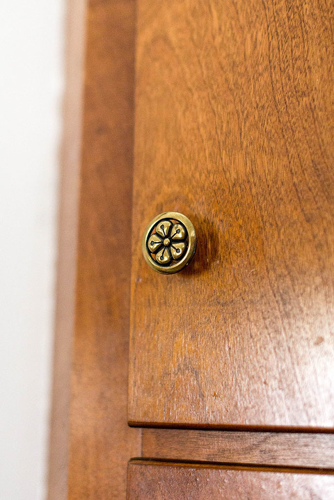 Brand New Brass Hardware In Our Mid-Century Kitchen | dreamgreendiy.com