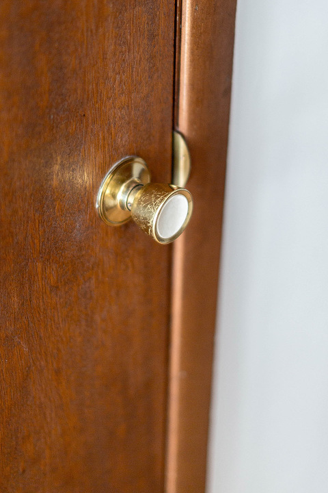 How To Seamlessly Update A Dated Door Knob | dreamgreendiy.com + @SchlageLocks #ad #InteriorInspo