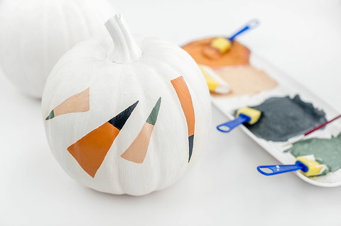 DIY Painted Dashes Halloween Pumpkin | dreamgreendiy.com + @orientaltrading