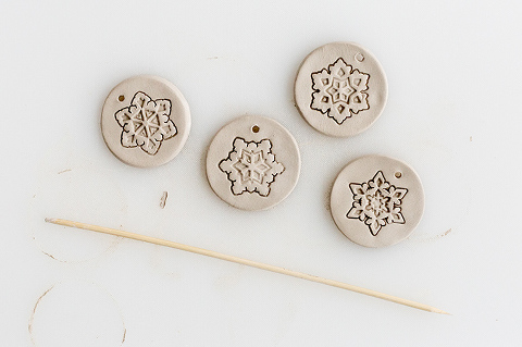 https://cdn.dreamgreendiy.com/wp-content/uploads/2018/11/01-50275-post/Hunker-DIY-Stamped-Clay-Ornaments-6(pp_w480_h319).jpg